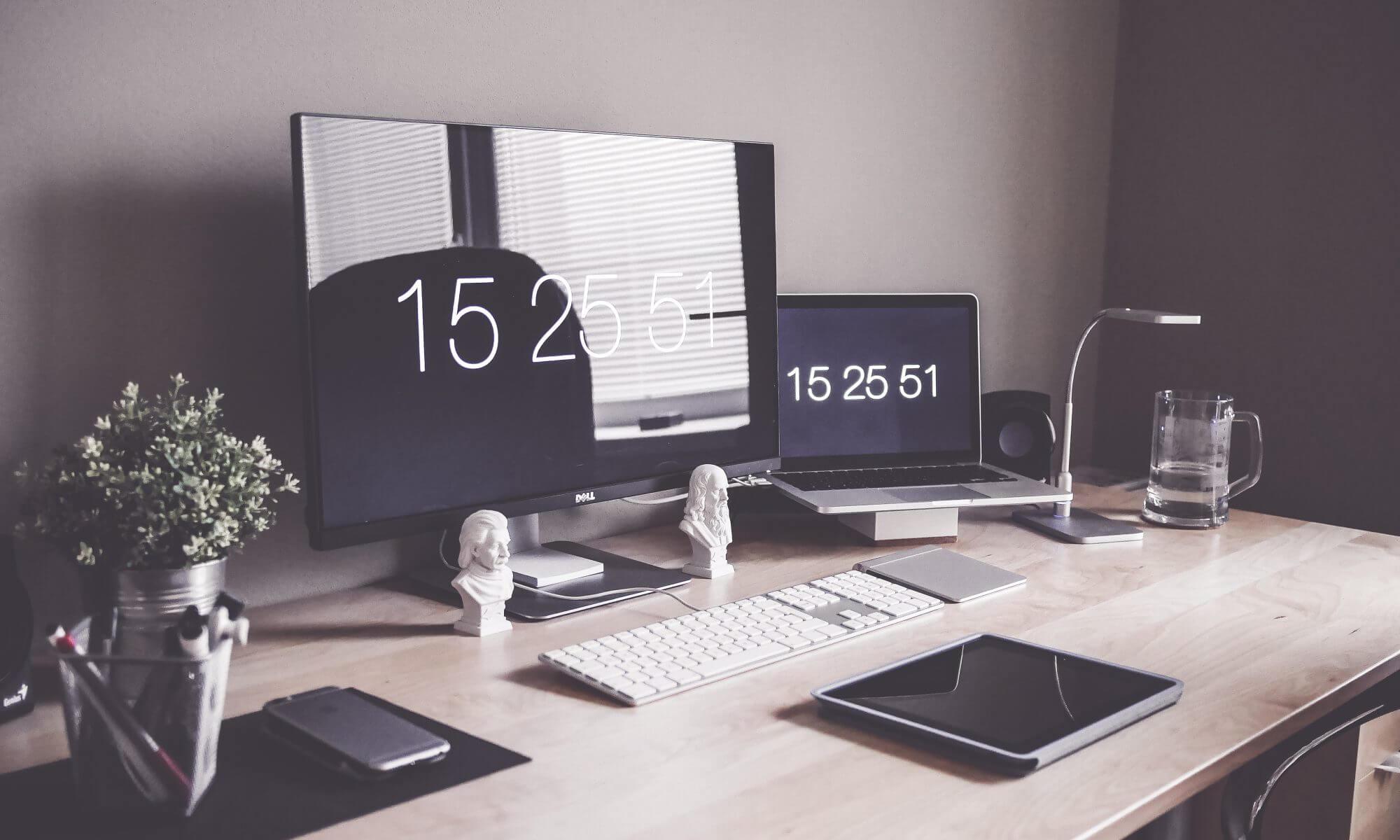 technology desk 2000x1200 1 - Webデザイナーという職業はもう無くなる!?